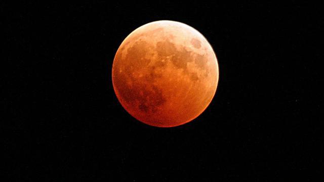 Jangan Sekadar Seronok Tengok Fenomena 'Super Blue Blood Moon', Jom Mak Ayah Lakukan Tatacara Solat Sunat Gerhana Bulan